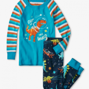 They'll be falling asleep in no time thanks to this cozy pajama set! Crafted from super soft organic cotton and featuring contrasting sleeves, cuffs and an adorable print, these are just what they need for good nights and happy mornings. Hatley raglan pyjamas
