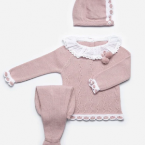 Midweight dusky pink garter stitch knitted long sleeve top with pretty white plumetis collar with lace trim and pom pom detail paired with matching knitted leggings with feet and knitted bonnet. Outfit is packaged in a branded Juliana box making it the perfect gift. Pearlised button down back of top for easy dressing. Elasticated waist to leggings for baby's comfort.